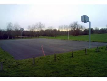 Terrain de basket à Celle-Levescault